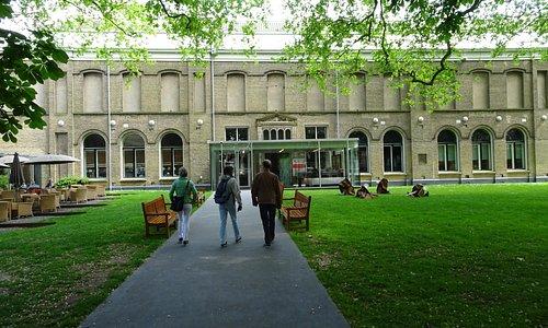 Het museumgebouw met een stukje tuin