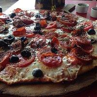 Pizza armada con nuestros ingredientes, tamaño grande. Buena opción para compartir.