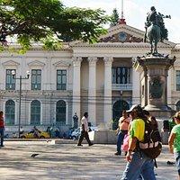 バリオス広場のバリオス像