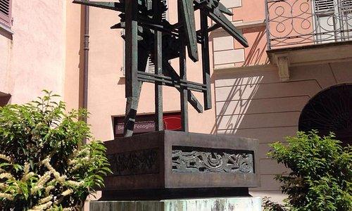 Il monumento all'entrata della casa, con una delle citazioni più belle de Il Partigiano Johnny