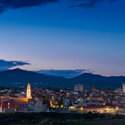 Skyline nocturno de Valls con sus tres campanarios iluminados