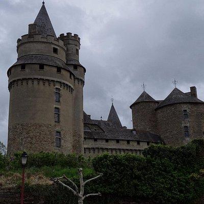 Chateau de Coussac-Bonneval achter een hoge muur