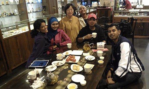 呂美麗老師和馬來西亞電視台團隊的合照