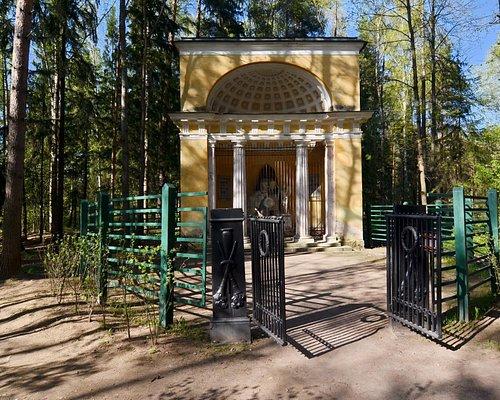 Памятник любезным родителям в Павловском парке, г. Павловск