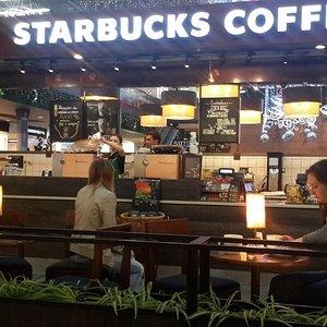 """Кофейня Starbucks, уютный островок покоя в толчее посетителей торгового центра, кофе на """"5"""""""