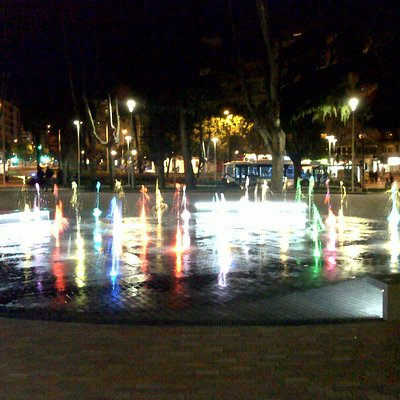 Fuente con chorros de agua iluminados en diversos colores.