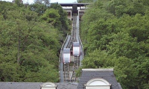 2台のケーブルカーが急峻な斜面を上り下りします