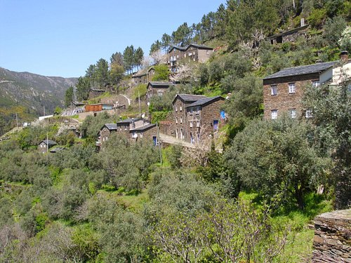 Het dorp tegen de berg aan