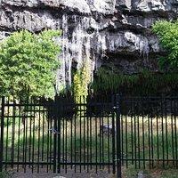 Grillage entourant la grotte