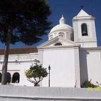 Tiene una bonita cúpula reedificada después del terremoto de 1755.