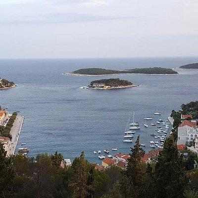 Großartiger Blick auf die Bucht von Stadt Hvar