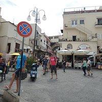 お店前の広場。左に見える黄色いひさしがお店です。