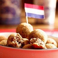 Bitterballen - Bolinhos de carne condimentados, típicos da culinária holandesa, crocantes por fo