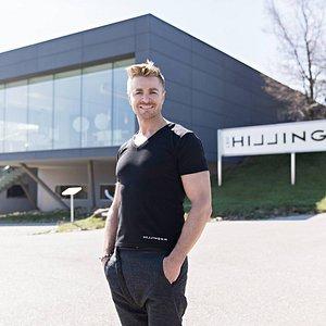 Leo Hillinger vor dem Hauptsitz in Jois