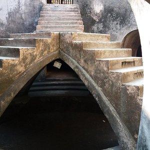 Tangga di bagian tengah sumur Gumuling