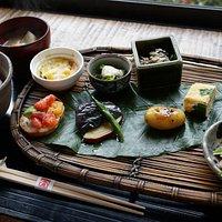 當天精選的套餐,有九款餸菜,味道極佳,盛載的器皿也各有不同