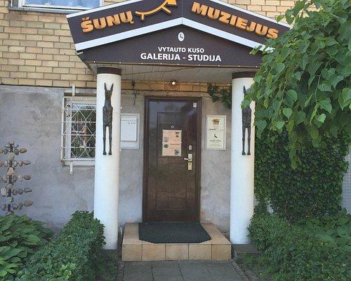 Это вход в музей собак . Мы добрались сюда на велосипедах . Из центра около 15 мин, но внутрь по