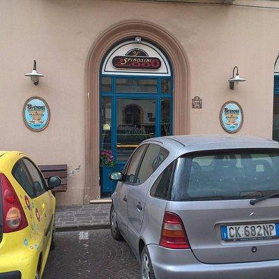 Вход в магазин с площади около остановки автобусов на Рим