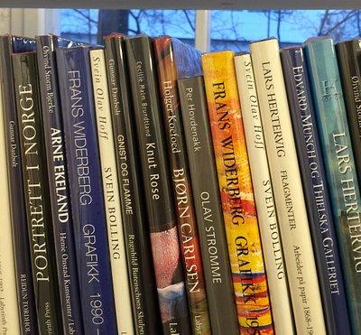 Skiftende utstillinger, eget rom med kunstbøker/smågaver/grafikk www.gallerisvae.no