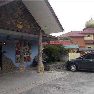 駐車スペースから、隣のモスクからはお祈りがスピーカー越しに聞こえます。
