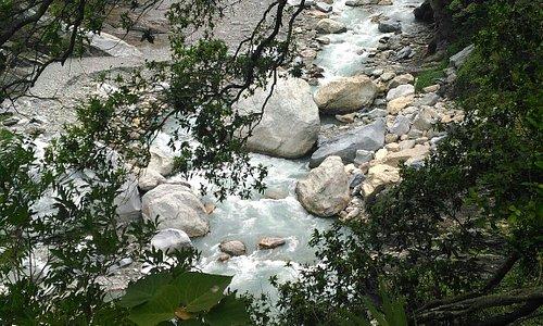 岳王亭的山景和溪谷