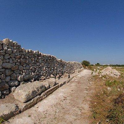 Vista di lato che evidenzia il muro a secco interno ed il paramento esterno di fortificazione.