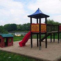 Von der Gaststätte geht es direkt zu Kinderspielplatz am See.