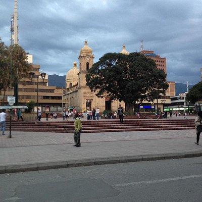 Uma pacata praça de uma cidade pequena. Cercada de comercio e restaurantes