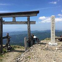 頂上の鳥居、遠くに鳥海山が見えます