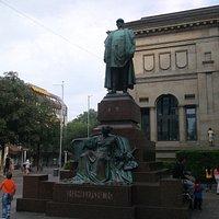 Das Bismarckdenkmal vor dem Haus der Jugend