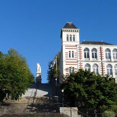 Museo de Jules Verne en Nantes. Escalera con 121 peldaños para acceder desde el Muelle al Museo.