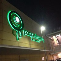 fachada do shopping a noite