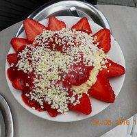 Vanille-Spaghetti-Eis mit frischen Erdbeeren