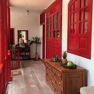 El hotel es una belleza en la naturaleza, con el colorido colombiano, muy caracterísitco de la z
