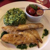 Petersilien-Mandelsuppe mit Jakobsmuschel / Peterfischfilet mit Spinatrisotto und Kirschtomatens
