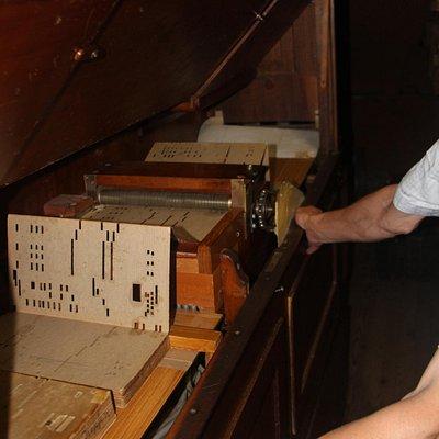 Achter het orgel