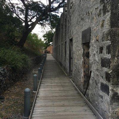L'arrière des dortoirs avec l'accès à l'exposition