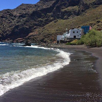 Die durchaus schweißtreibende Wanderung führt zu einem der schönsten Strände der Insel. Ein Muss