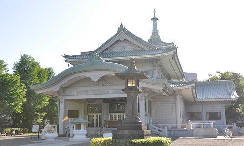 東京都慰霊堂/正面の唐破風が特徴的です