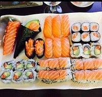 Plateau de makis/sushis. Riz Tres lourd. Mais correct.