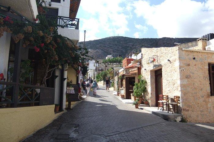 A little street inbetween tavernas in Koutouloufari