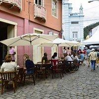 rua de lazer e turistas durante o FESTIVAL de JAZZ E BOSSA