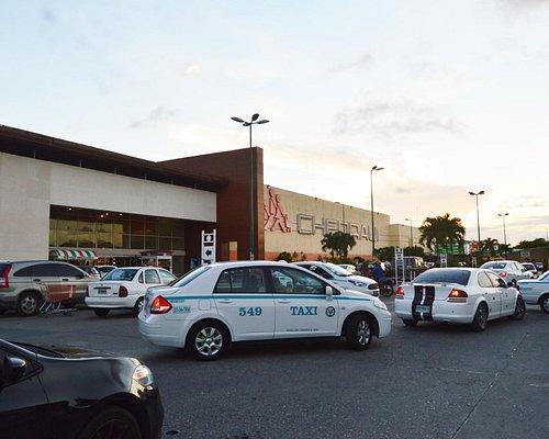 Hay servicio de taxis en la plaza del lado de la calle CTM, justo a un costado de la entrada