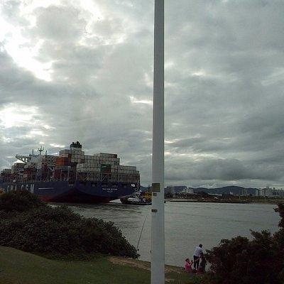 navio entrando no porto pelo Mole de Itajai