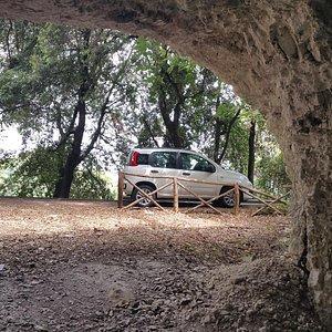 Foto dall'interno verso l'esterno delle grotte