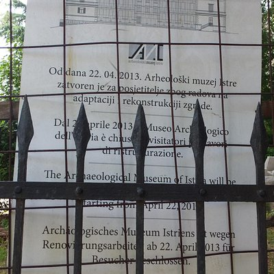 Notice on the gate announcing the closure of the museum.