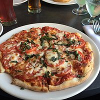 Nice oceanside location with both indoor and outdoor seating. Margarita pizza and chicken, prosc