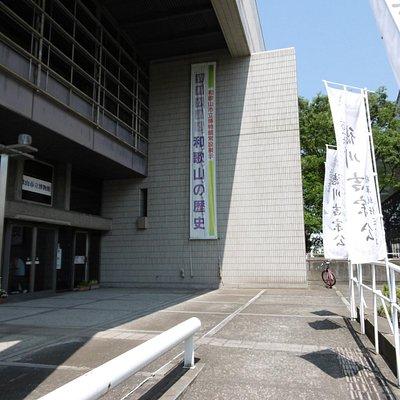 博物館入口前