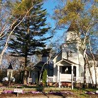 ホテルを通り抜けほっとした所にある 木立に囲まれた白亜の教会。