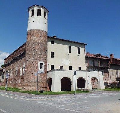 L'ingresso al Museo del Falso o FALSEUM  è sotto il portico a tre arcate di colore bianco
